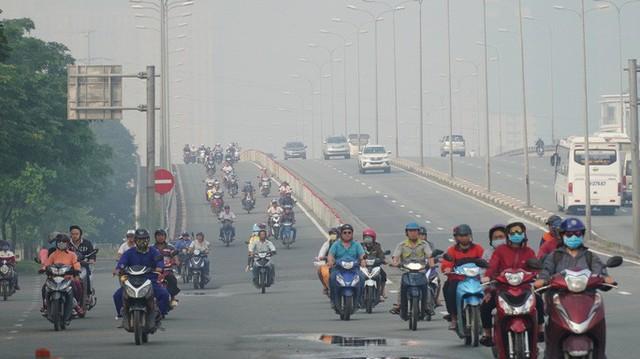 Bầu trời mù mịt đến khó tin ở đại lộ Võ Văn Kiệt sáng 6-10  - Ảnh 10.