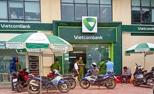 Điều tra động cơ cựu thượng úy công an bịt mặt, nổ 3 phát súng tại chi nhánh Vietcombank - Ảnh 1.
