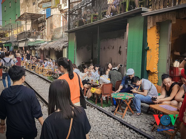 Tàu qua phố cà phê Phùng Hưng phải dừng khẩn cấp vì dân chạy không kịp - Ảnh 11.