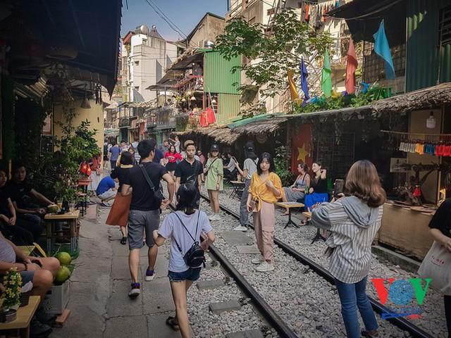 Tàu qua phố cà phê Phùng Hưng phải dừng khẩn cấp vì dân chạy không kịp - Ảnh 12.