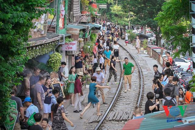 Tàu qua phố cà phê Phùng Hưng phải dừng khẩn cấp vì dân chạy không kịp - Ảnh 3.