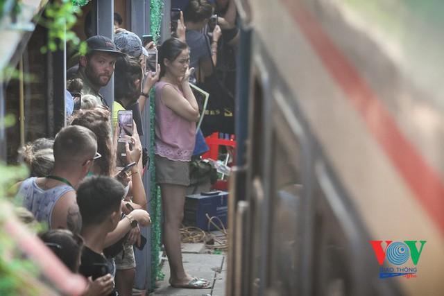 Tàu qua phố cà phê Phùng Hưng phải dừng khẩn cấp vì dân chạy không kịp - Ảnh 5.