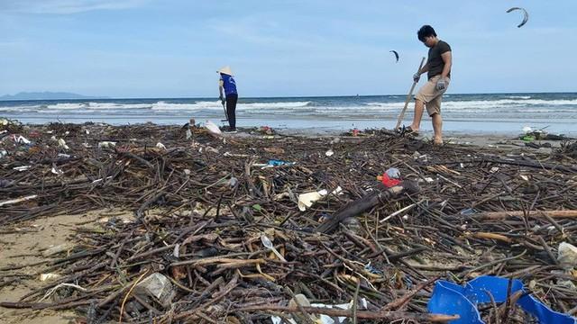 Cận cảnh bãi biển Vũng Tàu bị cả trăm tấn rác vây kín!  - Ảnh 6.