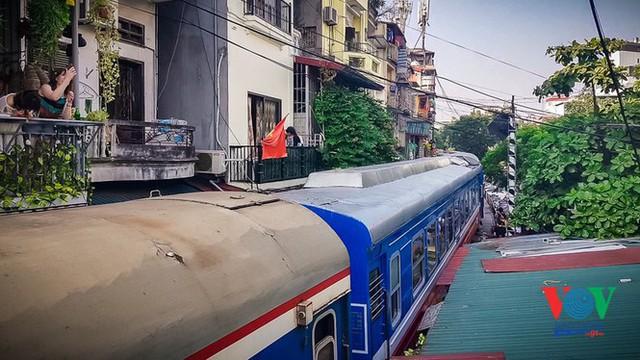 Tàu qua phố cà phê Phùng Hưng phải dừng khẩn cấp vì dân chạy không kịp - Ảnh 7.