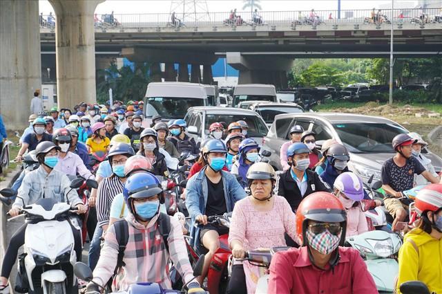 """Dân Sài Gòn mệt mỏi, trễ giờ làm vì giao thông tê liệt - Ảnh 2.  Dân Sài Gòn mệt mỏi, trễ giờ làm vì giao thông """"tê liệt"""" photo 1 1570509572492747494379"""