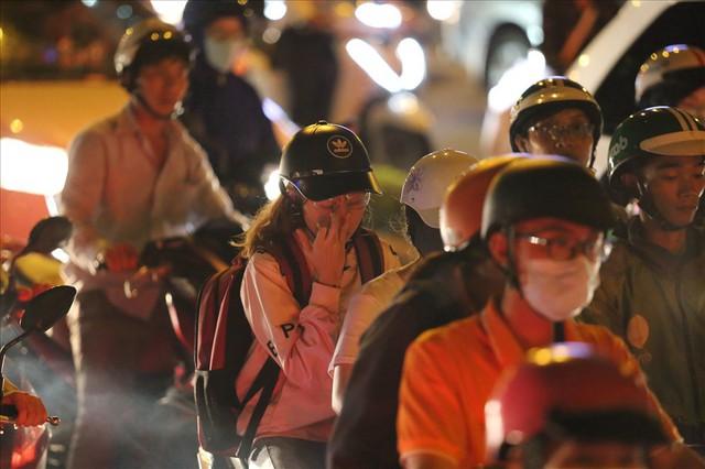 """Dân Sài Gòn mệt mỏi, trễ giờ làm vì giao thông tê liệt - Ảnh 11.  Dân Sài Gòn mệt mỏi, trễ giờ làm vì giao thông """"tê liệt"""" photo 10 1570509572527308059622"""