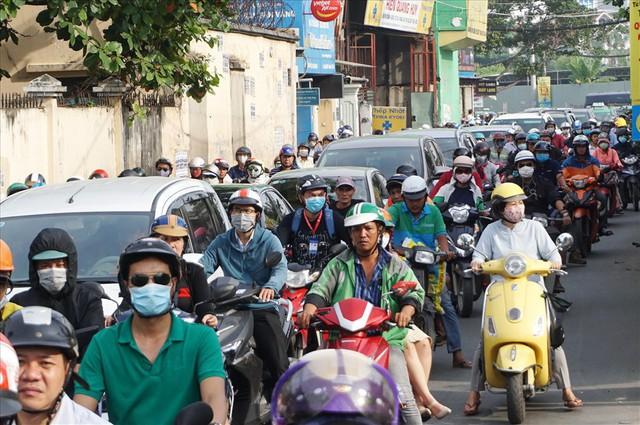 """Dân Sài Gòn mệt mỏi, trễ giờ làm vì giao thông tê liệt - Ảnh 4.  Dân Sài Gòn mệt mỏi, trễ giờ làm vì giao thông """"tê liệt"""" photo 3 1570509572501293012325"""