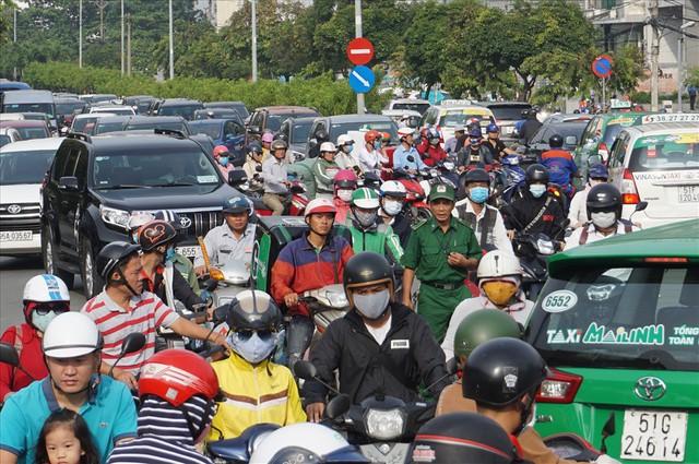 """Dân Sài Gòn mệt mỏi, trễ giờ làm vì giao thông tê liệt - Ảnh 5.  Dân Sài Gòn mệt mỏi, trễ giờ làm vì giao thông """"tê liệt"""" photo 4 15705095725031347064220"""
