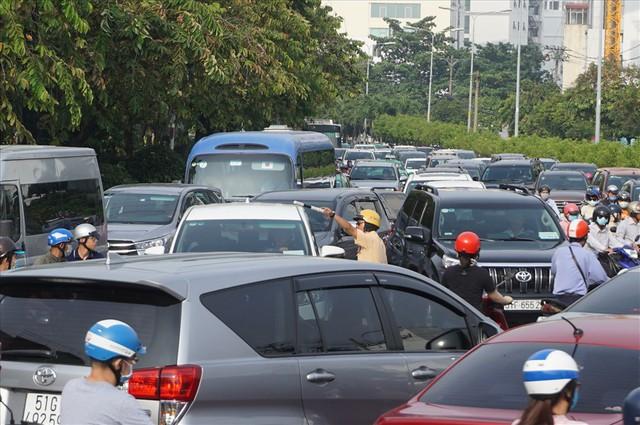 """Dân Sài Gòn mệt mỏi, trễ giờ làm vì giao thông tê liệt - Ảnh 7.  Dân Sài Gòn mệt mỏi, trễ giờ làm vì giao thông """"tê liệt"""" photo 6 15705095725111041872129"""