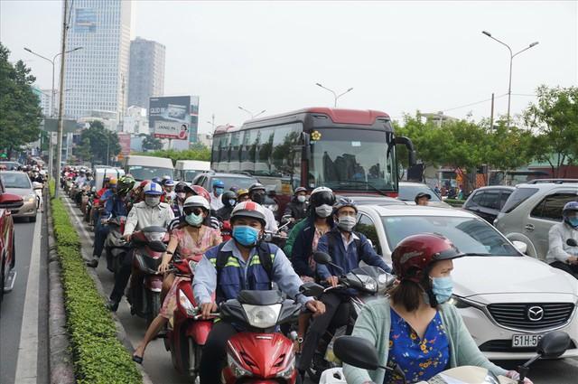 """Dân Sài Gòn mệt mỏi, trễ giờ làm vì giao thông tê liệt - Ảnh 8.  Dân Sài Gòn mệt mỏi, trễ giờ làm vì giao thông """"tê liệt"""" photo 7 1570509572515363739012"""