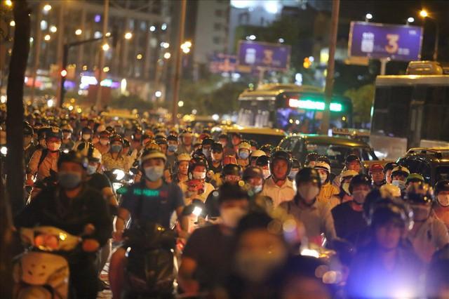 """Dân Sài Gòn mệt mỏi, trễ giờ làm vì giao thông tê liệt - Ảnh 9.  Dân Sài Gòn mệt mỏi, trễ giờ làm vì giao thông """"tê liệt"""" photo 8 15705095725191751349258"""