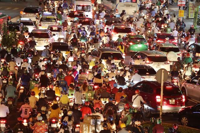 """Dân Sài Gòn mệt mỏi, trễ giờ làm vì giao thông tê liệt - Ảnh 10.  Dân Sài Gòn mệt mỏi, trễ giờ làm vì giao thông """"tê liệt"""" photo 9 15705095725251178567320"""
