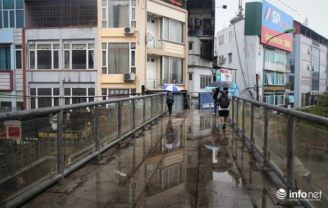 Hà Nội: Cầu bộ hành đường Hồ Tùng Mậu đã hết... nhếch nhác! - Ảnh 1.