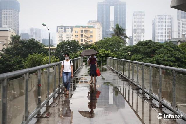 Hà Nội: Cầu bộ hành đường Hồ Tùng Mậu đã hết... nhếch nhác! - Ảnh 2.