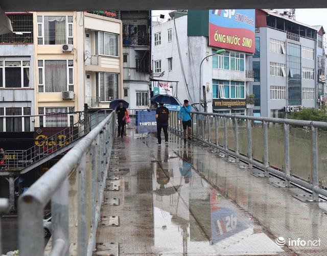 Hà Nội: Cầu bộ hành đường Hồ Tùng Mậu đã hết... nhếch nhác! - Ảnh 3.