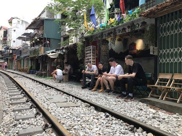 """Du khách chật kín những quán cà phê đường tàu trước ngày bị """"xoá sổ""""  - Ảnh 3."""