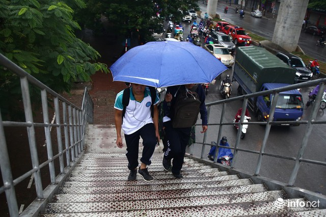 Hà Nội: Cầu bộ hành đường Hồ Tùng Mậu đã hết... nhếch nhác! - Ảnh 4.