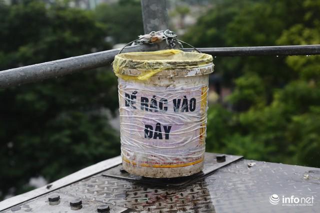 Hà Nội: Cầu bộ hành đường Hồ Tùng Mậu đã hết... nhếch nhác! - Ảnh 5.