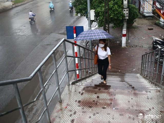 Hà Nội: Cầu bộ hành đường Hồ Tùng Mậu đã hết... nhếch nhác! - Ảnh 7.