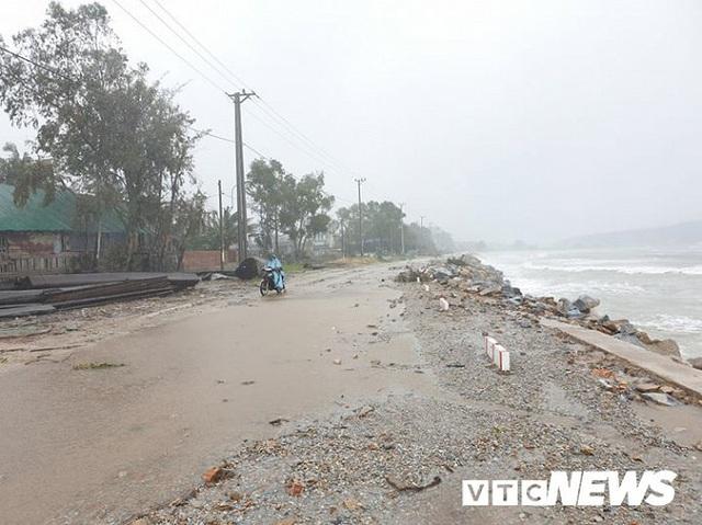 Ảnh: Kè chắn sóng bị đánh tan tác, dân làng chài sơ tán tránh bão - Ảnh 3.