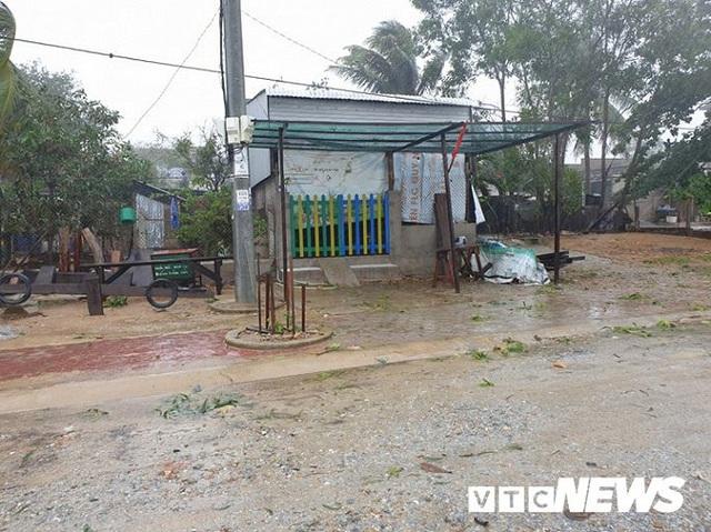 Ảnh: Kè chắn sóng bị đánh tan tác, dân làng chài sơ tán tránh bão - Ảnh 8.