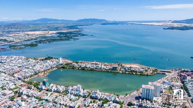 Dự án Phú Tài Residence (Quy Nhơn) để cẩu tháp quay vòng vòng trên đầu người dân, không chịu hạ xuống khi bão đến - Ảnh 1.