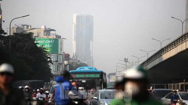Hà Nội lại chìm trong ô nhiễm, khuyến cáo người dân hạn chế ra đường - Ảnh 2.
