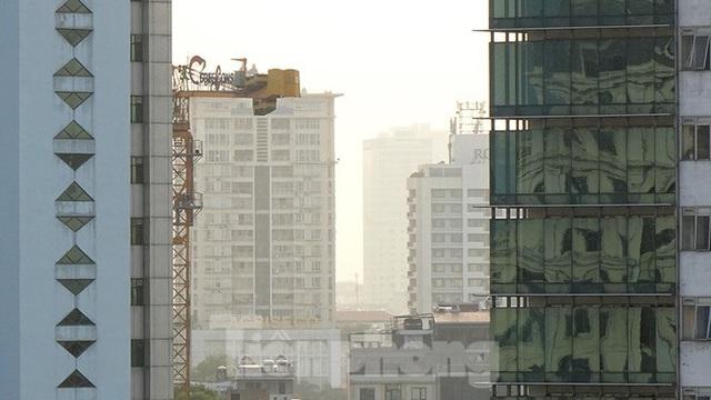 Hà Nội lại chìm trong ô nhiễm, khuyến cáo người dân hạn chế ra đường - Ảnh 11.