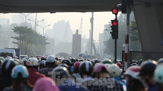 Nỗi khổ của người dân Hà Nội khi qua Ngã Tư Sở mỗi sáng đầu tuần - Ảnh 4.