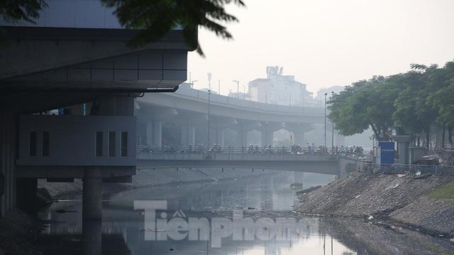 Hà Nội lại chìm trong ô nhiễm, khuyến cáo người dân hạn chế ra đường - Ảnh 4.