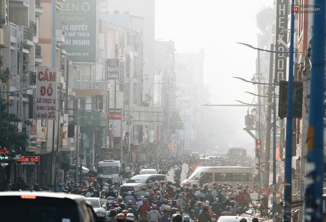 Chùm ảnh: Sài Gòn bất chợt se lạnh như trời Đà Lạt, người dân thích thú mặc áo ấm và choàng khăn ra đường - Ảnh 1.