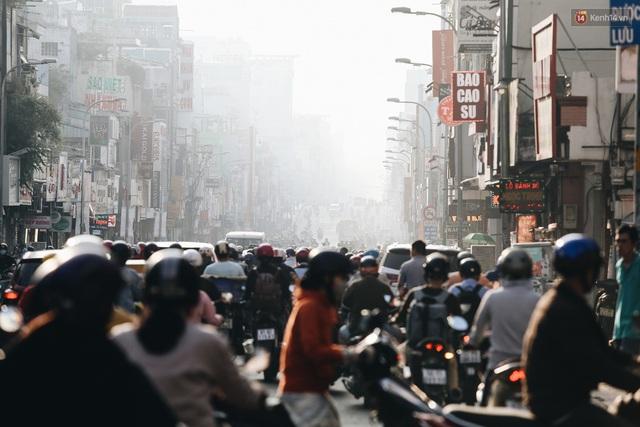 Chùm ảnh: Sài Gòn bất chợt se lạnh như trời Đà Lạt, người dân thích thú mặc áo ấm và choàng khăn ra đường - Ảnh 2.