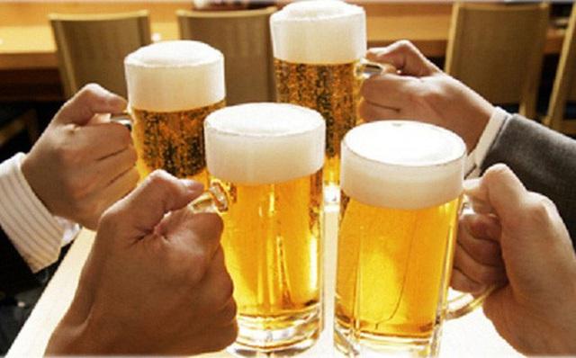 Công chức uống rượu, bia trong giờ làm việc sẽ bị chế tài  - Ảnh 1.