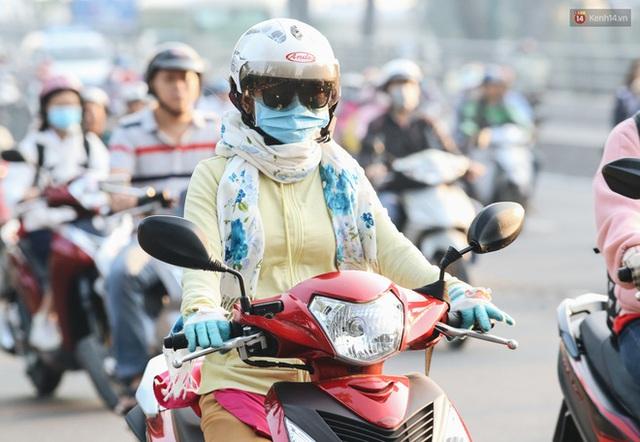 Chùm ảnh: Sài Gòn bất chợt se lạnh như trời Đà Lạt, người dân thích thú mặc áo ấm và choàng khăn ra đường - Ảnh 11.