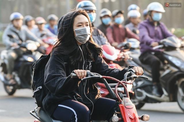 Chùm ảnh: Sài Gòn bất chợt se lạnh như trời Đà Lạt, người dân thích thú mặc áo ấm và choàng khăn ra đường - Ảnh 15.