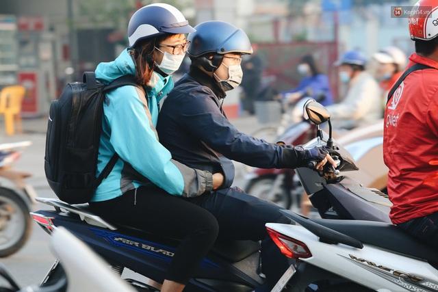 Chùm ảnh: Sài Gòn bất chợt se lạnh như trời Đà Lạt, người dân thích thú mặc áo ấm và choàng khăn ra đường - Ảnh 16.