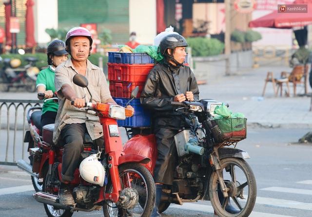 Chùm ảnh: Sài Gòn bất chợt se lạnh như trời Đà Lạt, người dân thích thú mặc áo ấm và choàng khăn ra đường - Ảnh 19.