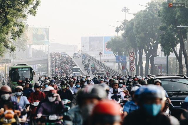 Chùm ảnh: Sài Gòn bất chợt se lạnh như trời Đà Lạt, người dân thích thú mặc áo ấm và choàng khăn ra đường - Ảnh 3.