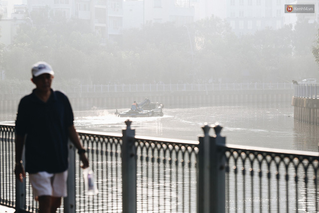 Chùm ảnh: Sài Gòn bất chợt se lạnh như trời Đà Lạt, người dân thích thú mặc áo ấm và choàng khăn ra đường - Ảnh 4.