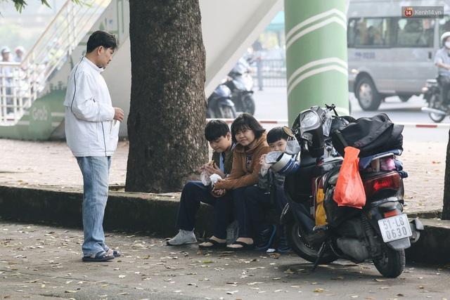 Chùm ảnh: Sài Gòn bất chợt se lạnh như trời Đà Lạt, người dân thích thú mặc áo ấm và choàng khăn ra đường - Ảnh 7.