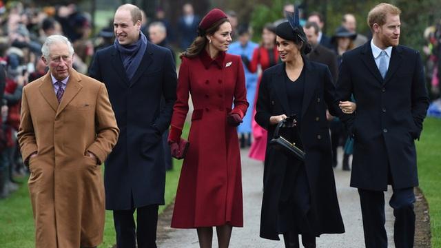 Meghan Markle hắt hủi Nữ hoàng Anh, tránh chạm mặt chị dâu Kate khi không đón Giáng sinh với gia đình nhà chồng? - Ảnh 1.