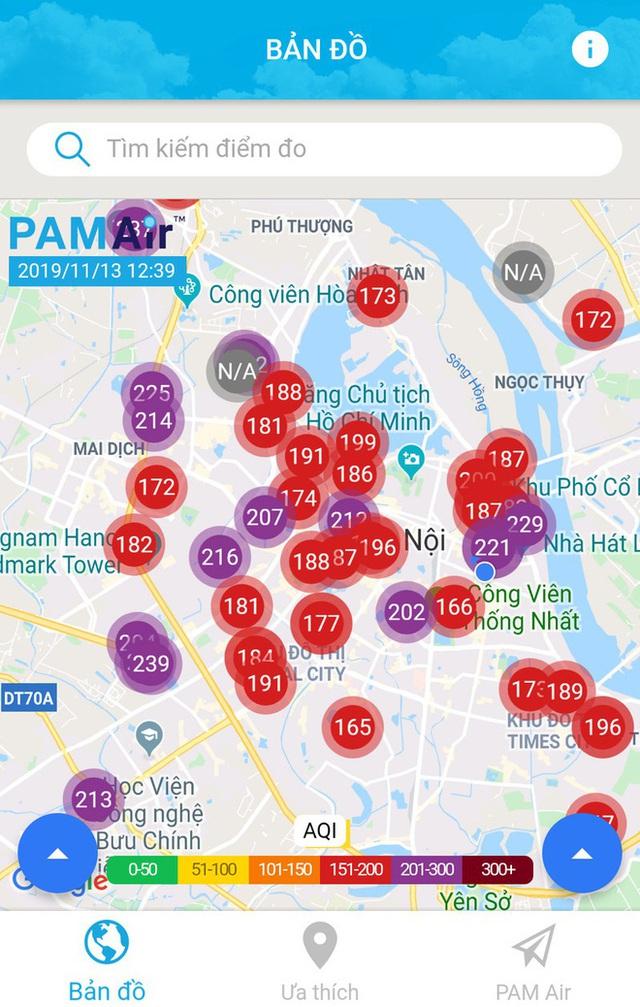 Phố phường Hà Nội chìm trong mịt mù sương, bụi dù vào giữa trưa - Ảnh 1.