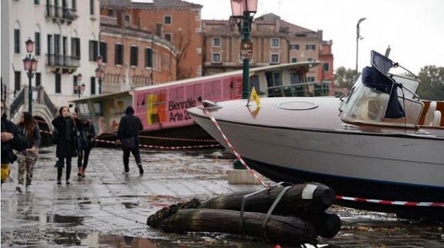 Ảnh: Venice ngập nặng kỷ lục 50 năm, tàu thuyền leo lên vỉa hè - Ảnh 1.
