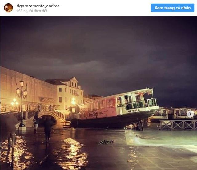 Ảnh: Venice ngập nặng kỷ lục 50 năm, tàu thuyền leo lên vỉa hè - Ảnh 2.