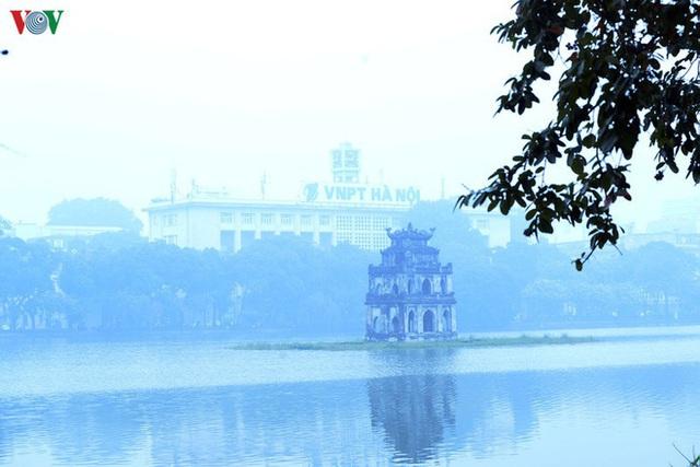 Phố phường Hà Nội chìm trong mịt mù sương, bụi dù vào giữa trưa - Ảnh 11.