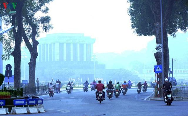 Phố phường Hà Nội chìm trong mịt mù sương, bụi dù vào giữa trưa - Ảnh 15.