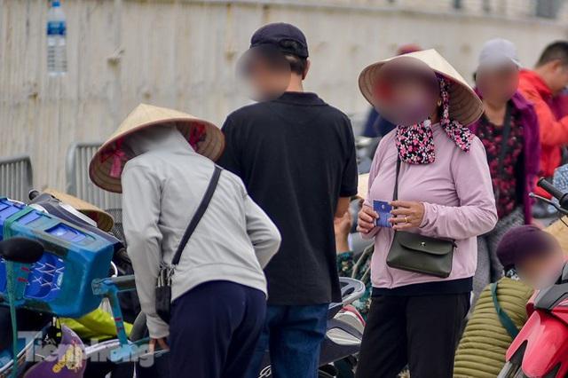 Trước trận Việt Nam - UAE: Chợ đen náo nhiệt, giá vé vẫn cao gấp 4 lần - Ảnh 3.