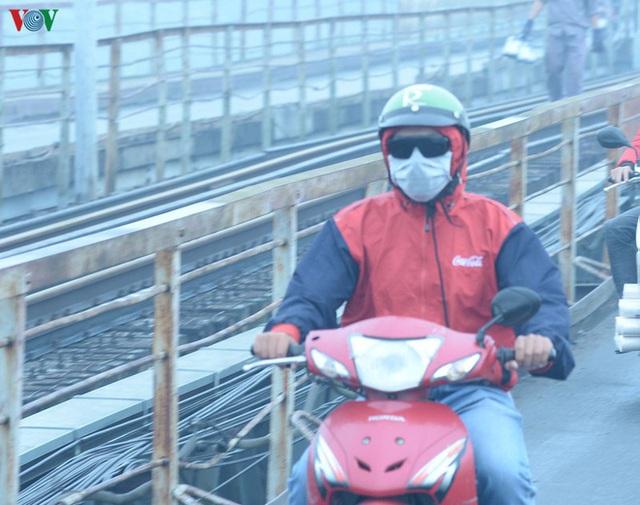Phố phường Hà Nội chìm trong mịt mù sương, bụi dù vào giữa trưa - Ảnh 5.