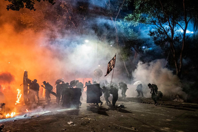 Cung tiễn, máy phóng hỏa thiêu Hồng Kông: Sinh viên Đại lục tháo chạy, Thâm Quyến tức tốc đón người trong đêm - Ảnh 1.