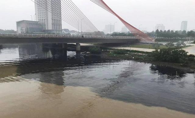 Công an lấy mẫu nước, điều tra thủ phạm xả thải 'đầu độc' sông Hàn - Ảnh 1.